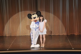 ミッキーマウスと共演し笑顔の志田未来「トゥモローランド」