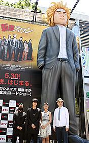 """""""ビッグ綾野剛""""が新宿に出現「新宿スワン」"""