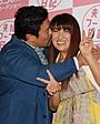 佐々木健介&北斗晶夫妻、結婚20年でほっぺにキス!「笑って添い遂げたい」