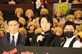 舞台挨拶に立った綾野剛、山田孝之、伊勢谷友介「新宿スワン」