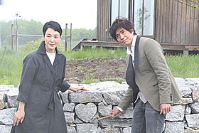 「愛を積むひと」撮影地の北海道美瑛町を 訪れた樋口可南子と佐藤浩市「愛を積むひと」