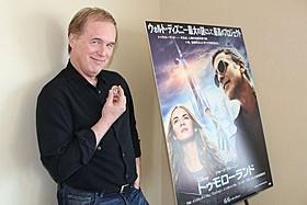 本作の鍵となるピンバッジを手にするブラッド・バード監督「トゥモローランド」