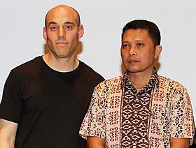 ジョシュア・オッペンハイマー監督(左)と主人公のアディ・ルクン氏「ルック・オブ・サイレンス」