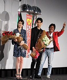 大ヒット御礼舞台挨拶を行った (左から)前田敦子、松田翔太、松崎しげる「愛のメモリー」