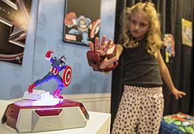 プレイメイションを装着して遊ぶ子ども「アイアンマン」