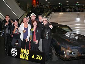 マックスの愛車「V8インターセプター」の前で集合写真!「+1(プラスワン)」