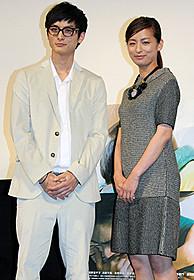 舞台挨拶に立った高良健吾(左)と尾野真千子「きみはいい子」