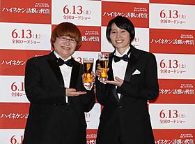 (左から)ハイネケンにちなんでビールで乾杯した近藤春菜と箕輪はるか「ハイネケン誘拐の代償」