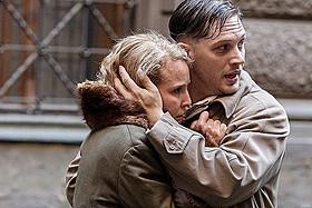 夫婦役に挑戦したトム・ハーディ(右)とノオミ・ラパス「チャイルド44 森に消えた子供たち」