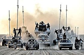 「マッドマックス 怒りのデス・ロード」の一場面「マッドマックス 怒りのデス・ロード」