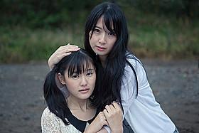 高柳明音(右)が主演する「浄霊探偵」「浄霊探偵」