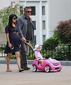 妻ヒラリアさんと、長女カルメンと散歩する アレック・ボールドウィン「ミッション:インポッシブル ローグ・ネイション」