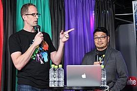 YouTuberと触れ合うピート・ドクター監督(左) とロニー・デル・カルメン共同監督「インサイド・ヘッド」