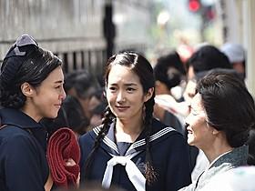 松嶋菜々子(左)と共演する高梨臨
