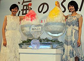 舞台挨拶に立った菊池亜希子と三根梓「海のふた」
