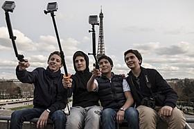 世界中の観光地で人気の自撮り棒