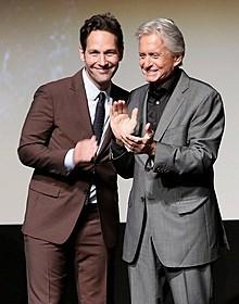 「アントマン」ワールドプレミアに出席した ポール・ラッド(左)とマイケル・ダグラス「アントマン」