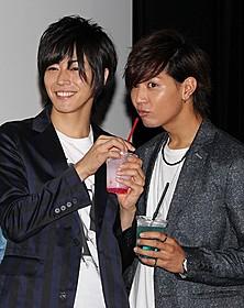 舞台挨拶に出席した 山田ジェームス武(右)と廣瀬智紀「セブンデイズ」