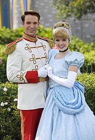 プリンス・チャーミングに扮した ディズニーランドキャスト(左)「プリンス・チャーミング」