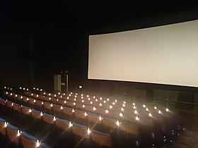立川シネマシティのstudio a。 シートに設置された蝋燭のような照明がいつ来ても幻想的。「マッドマックス」