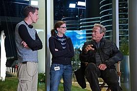 撮影中にスタッフと話し込むアーノルド・シュワルツェネッガー「ターミネーター:新起動 ジェニシス」