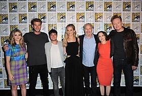 (左から)ウィロウ・シールズ、リアム・ヘムズワース、 ジョシュ・ハッチャーソン、ジェニファー・ローレンス、 フランシス・ローレンス監督、ニーナ・ジェイコブソンプロデューサー、 コナン・オブライエン「ハンガー・ゲーム」