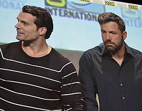 コミコンに出席したベン・ アフレック(右)とヘンリー・カビル「バットマン vs スーパーマン ジャスティスの誕生」