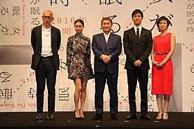会見に出席した(左から)ウェイン・ワン監督、 忽那汐里、ビートたけし、西島秀俊、小山田サユリ「女が眠る時」