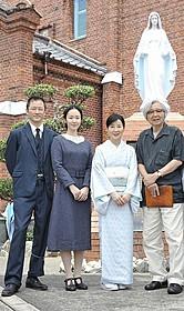 長崎ロケに臨む(右から)山田洋次監督、 吉永小百合、黒木華、浅野忠信「母と暮せば」