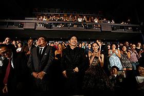 スタンディングオベーションに沸く会場 (左から)樋口真嗣監督、三浦春馬、水原希子「進撃の巨人 ATTACK ON TITAN」