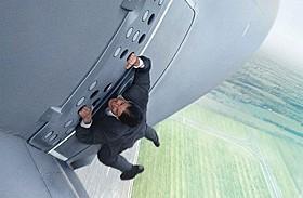 トム・クルーズが命がけで挑んだ飛行機スタントシーン「ミッション:インポッシブル ローグ・ネイション」