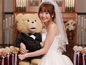 テッドを抱きしめる小嶋陽菜「テッド2」