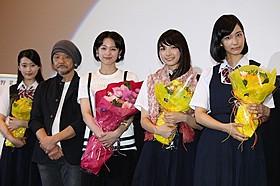 舞台挨拶に立った清野菜名ら「東京無国籍少女」