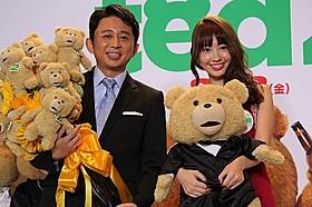 テッドたちに囲まれた有吉弘行と小嶋陽菜「テッド2」