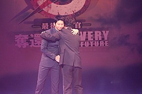 熱い抱擁を交わした向井理と綾野剛「S 最後の警官 奪還 RECOVERY OF OUR FUTURE」