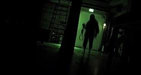 闇に浮かび上がる謎の人影…「死霊高校」