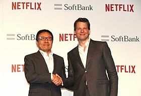 (左から)ソフトバンクの代表取締役社長兼CEO宮内謙氏、 Netflixのグレッグ・ピーターズ代表取締役社長「デアデビル」