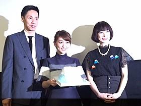 満面の笑みを浮かべる大島優子(中央)と 大倉孝二、メガホンをとったタナダユキ監督「ロマンス」