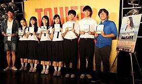 制服姿で登場した「くちびるに歌を」生徒役の面々と、 三木孝浩監督、木本武宏「くちびるに歌を」