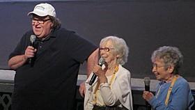 マイケル・ムーア監督とシャーリー&ヒンダ「シャーリー&ヒンダ ウォール街を出禁になった2人」