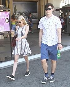 ハリウッドで買い物を楽しむ エマ・ロバーツ&エバン・ピーターズ「なんちゃって家族」