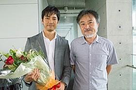 クランクアップを迎えた西島秀俊と黒沢清監督「岸辺の旅」