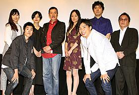 舞台挨拶に立った奥田瑛二、柄本佑、高橋伴明監督ら「赤い玉、」