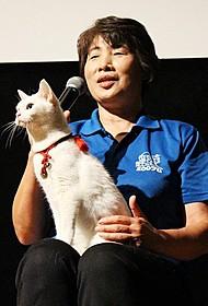 会場中を虜にした白ネコのあなご「猫侍」