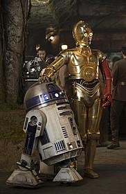 R2-D2(左)と、なぜか左腕が真っ赤なC-3PO「スター・ウォーズ」