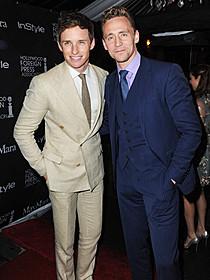 スーツできめたレッドメインとヒドルストン
