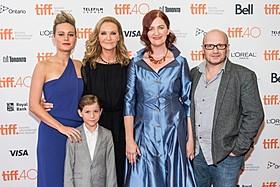 左から、ブリー・ラーソン、ジョアン・アレン、子役のジェイコブ・トレンブレイ、 作家のエマ・ドナヒュー、レニー・アブラハムソン監督「部屋(1966)」