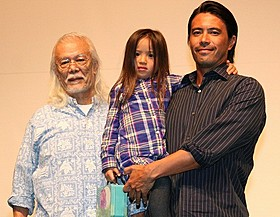 家族事情を暴露したマイク眞木(左)一家「海賊じいちゃんの贈りもの」