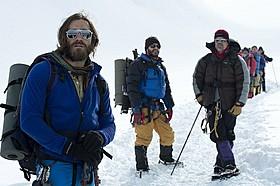 山男になりきったジェイク・ギレンホール(写真左)「エベレスト 3D」