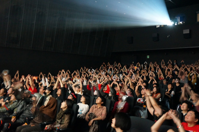 「絶叫上映」開催中。ウォーボーイズのトレードマーク「V8」ポーズを決めるみなさん。「マッドマックス」